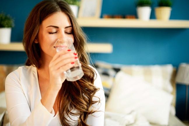Giảm eo với đai nịt bụng latex bằng cách uống nước